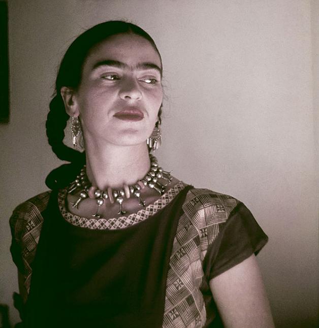 Frida no estúdio que dividia com Diego Rivera, em 1940