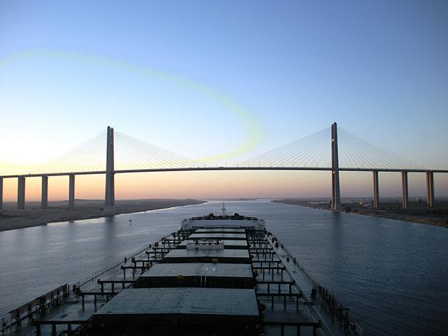 Uma embarcação em vias de cruzar a ponte do Canal de Suez
