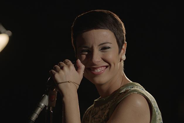 Andréia Horta vivendo Elis Regina no filme Elis dirigido por Hugo Prata