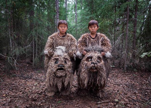 Duas crianças com trajes típicos em Lacútia, na Rússia