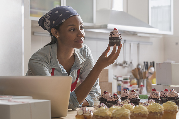 Mulher produzindo cupcakes