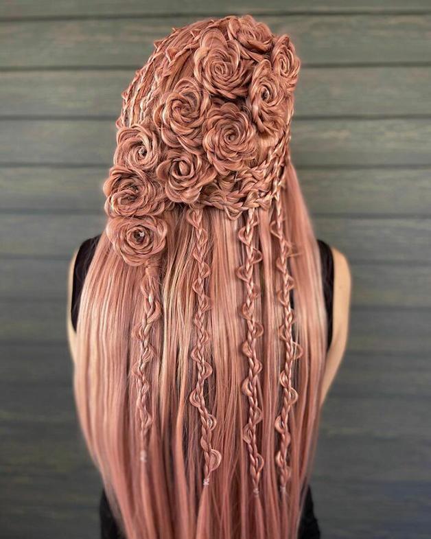 Penteado rosa e florido feito por Alejandro Lopez