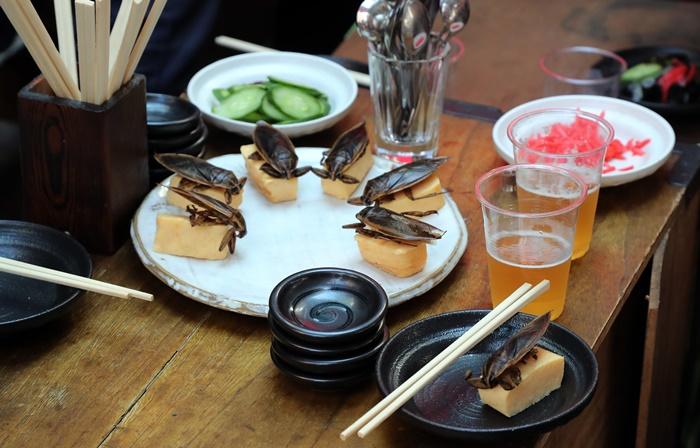 Iguarias com gafanhotos em restaurante asiático