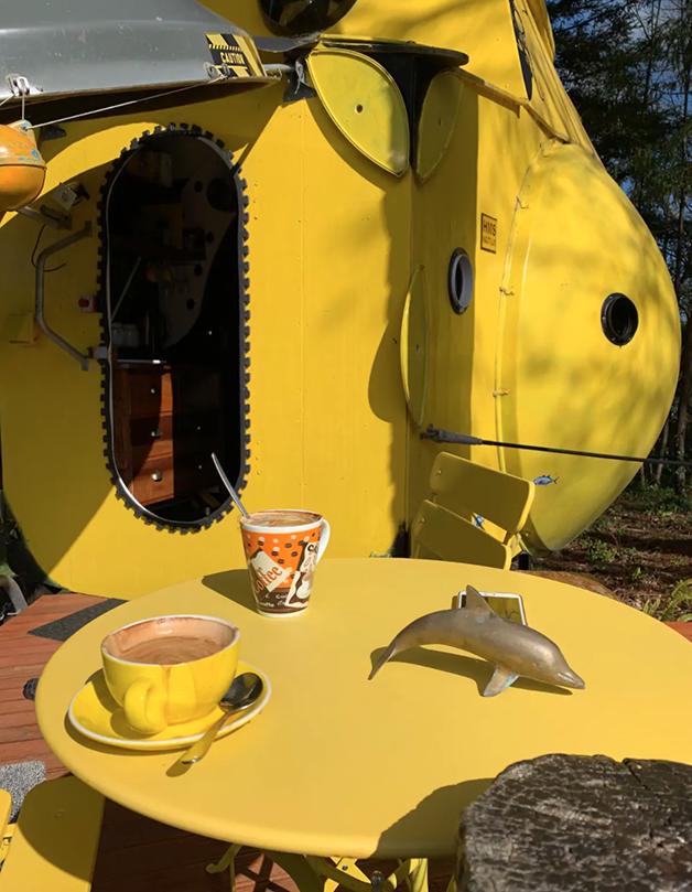 """Mesa na parte de fora do """"Yellow Submarine"""" disponível para aluguel no AirBnb na Nova Zelândia"""