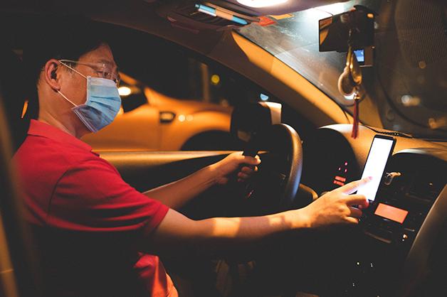 Motorista de Uber trabalhando à noite
