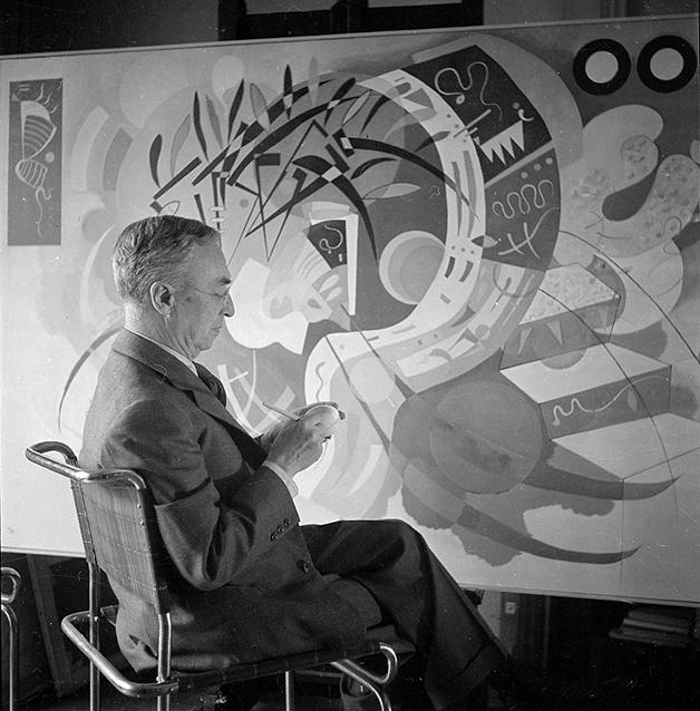 Wassily Kandinsky diante de um quadro em seu ateliê