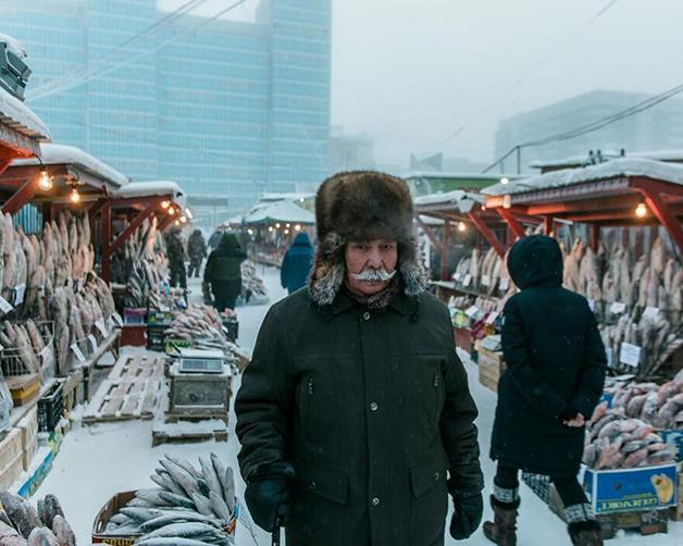 Morador da Lacútia em uma feira na região da Rússia