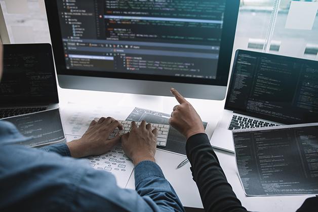 Programadores trabalhando juntos