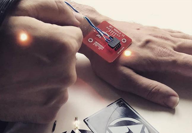 Empresa vende microchips que você pode instalar no próprio corpo em casa