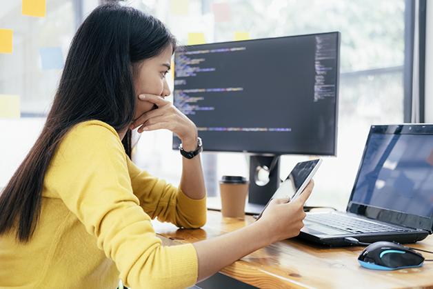Programadora trabalhando em um computador