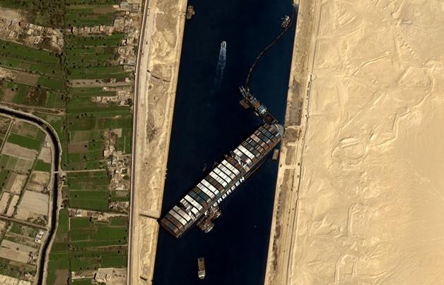 Navio Ever Given atolado no Canal de Suez
