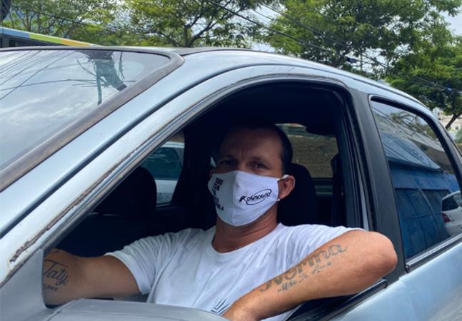Covid: Motorista de app leva idosos para serem vacinados de graça