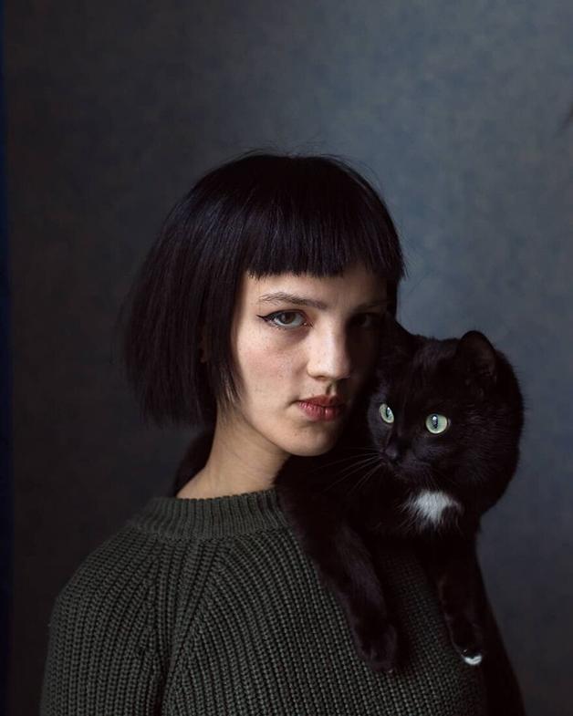Uma moradora de Lacútia posando com seu gato