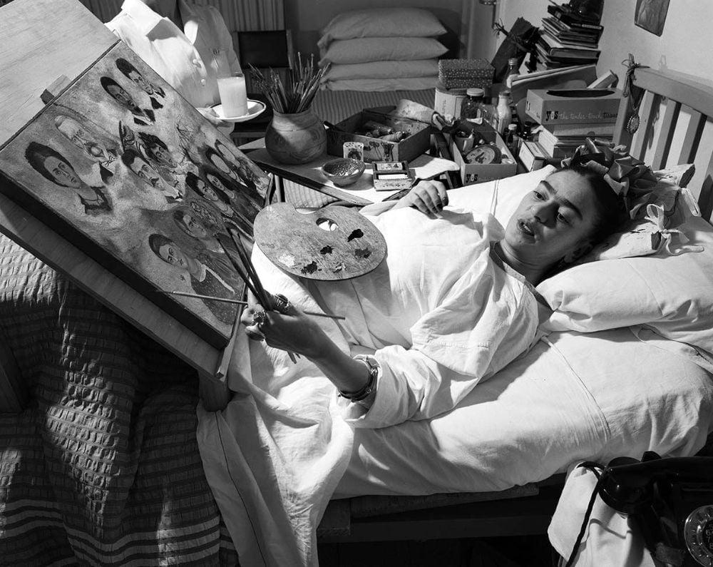 Frida pintando na cama