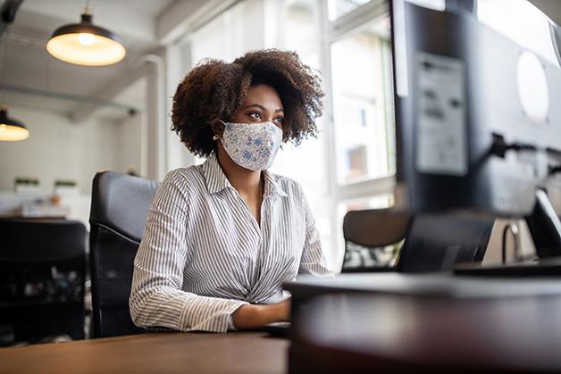 Mulher trabalhando de máscara