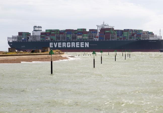 Navio de 400 m teria entalado no Canal de Suez por causa do vento; 150 embarcações estão na fila