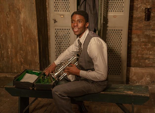 Chadwick Boseman com um trompete em cena de A Voz Suprema do Blues