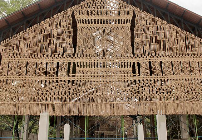 Macramé: artista utiliza tecelagem em nó para manufaturar três imensas instalações