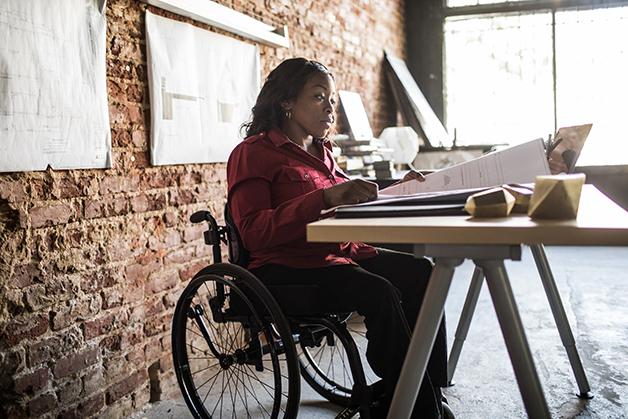 Mulher cadeirante trabalhando