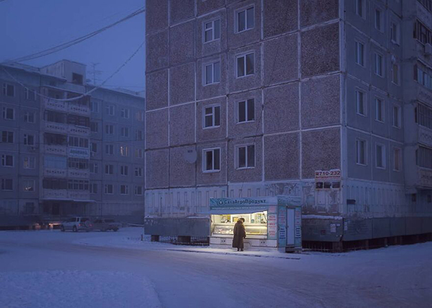 Loja iluminada em Lacútia, na Rússia