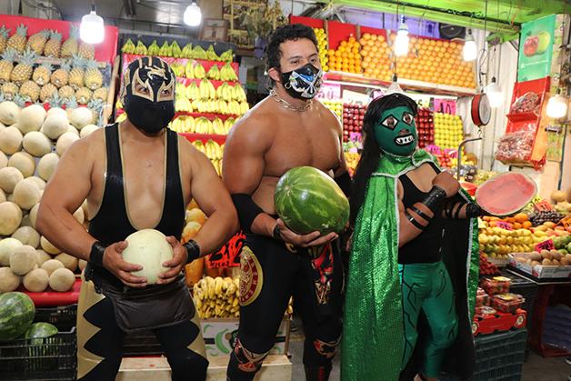 Astros da Lucha Libre mexicana distribuindo máscaras