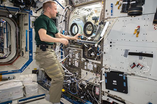 Astronauta em um laboratório da ISS