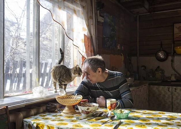 Um morador de Lacútia e seu gato
