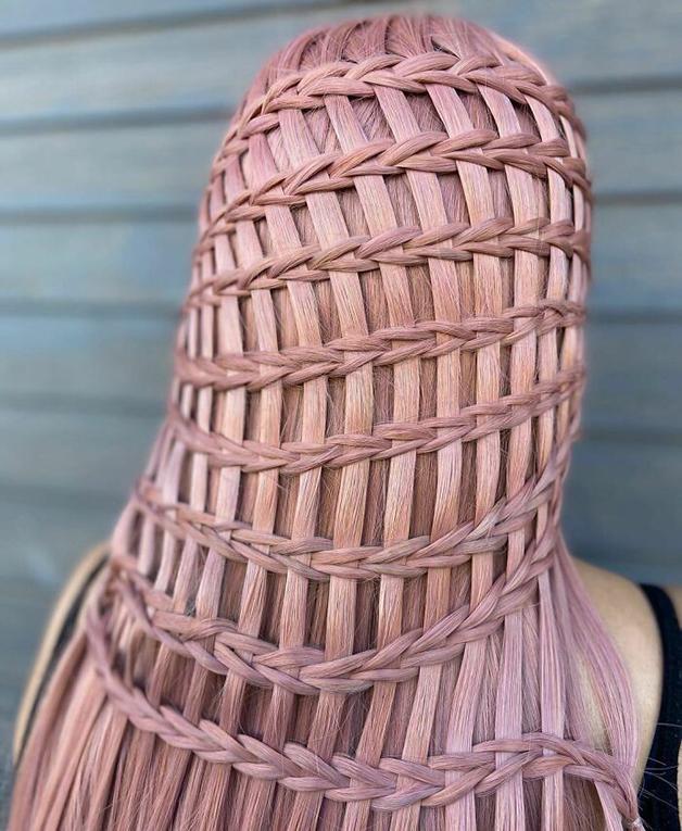 Penteado rosa e quadriculado feito por Alejandro Lopez