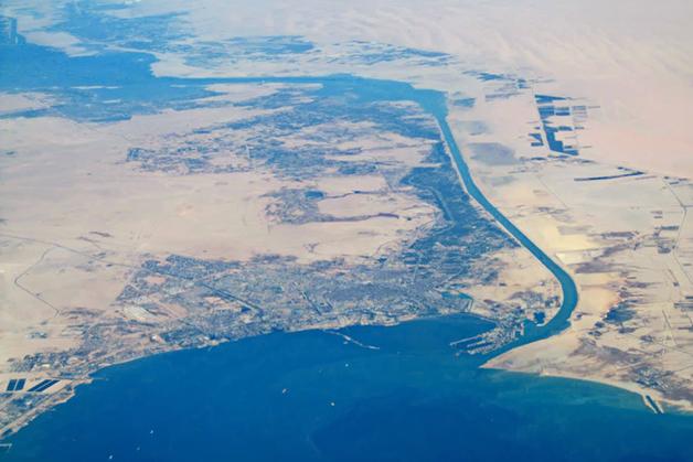Vista aérea da cidade de Suez e da entrada do Canal
