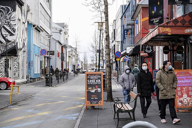 População islandesa caminhando de máscara pela capital no ano passado