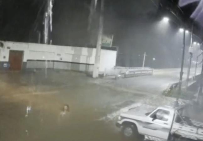Mulher desaparece em pleno temporal e faz cidade parar com medo de fantasma; veja vídeo