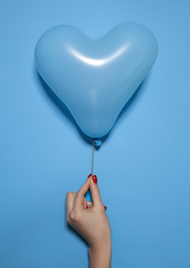 Balão azul sobre fundo azul