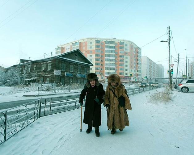 Duas idosas caminhando na neve em Lacútia