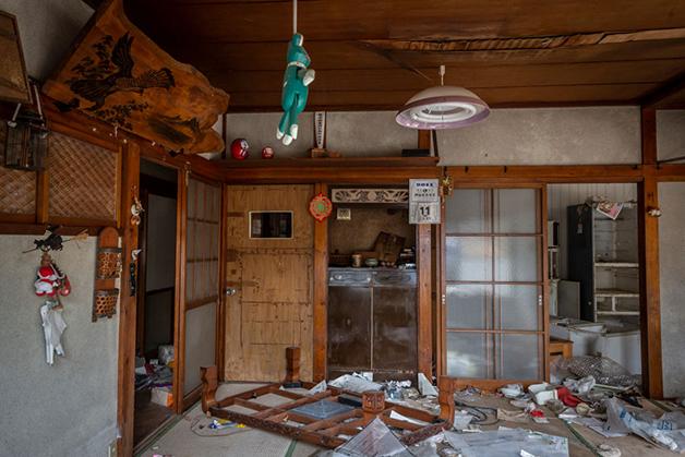 Casa que segue abandonada e destruída em Namie, na Zona de Exclusão de Fukushim