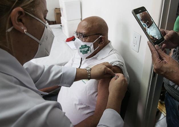 Senhor recebe uma dose da vacina