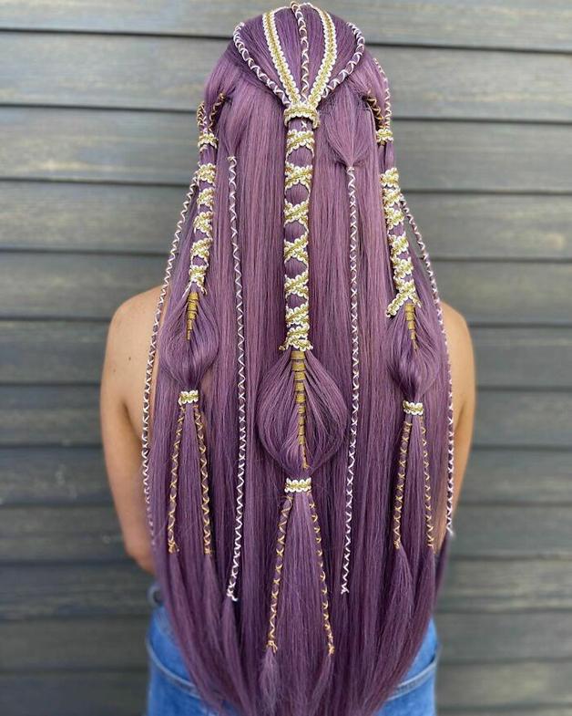 Penteado roxo e trançado feito por Alejandro Lopez