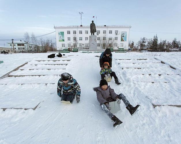 Crianças brincando na neve na Lacútia, na Rússia