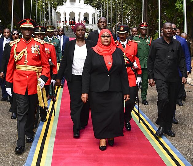 A nova presidente da Tanzânia se encaminhando para sua cerimônia de posse