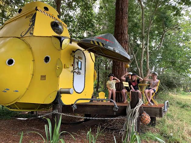 """Parte externa do """"Yellow Submarine"""" disponível para aluguel no AirBnb na Nova Zelândia"""