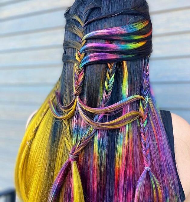 Penteado colorido e trançado feito por Alejandro Lopez