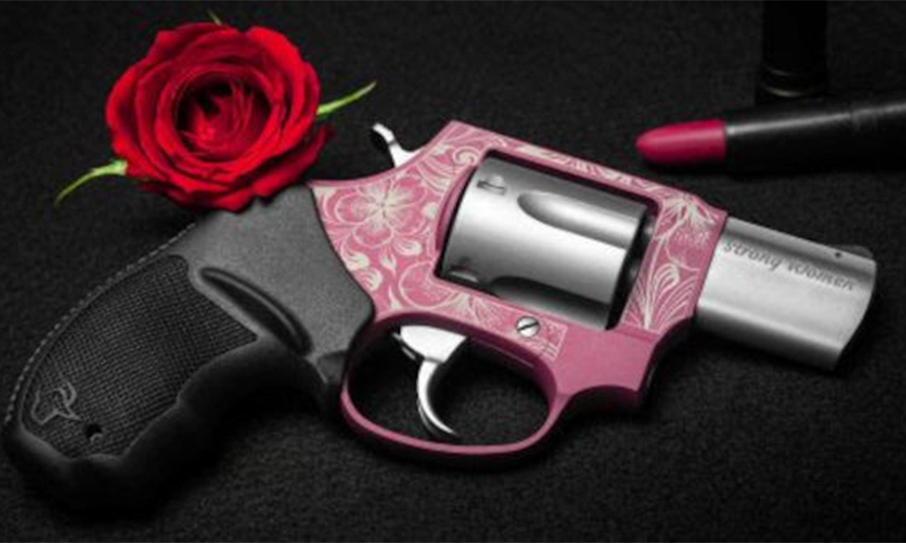 Marca lança arma cor-de-rosa no Dia da Mulher; feminicídio aumenta com acesso a armamento