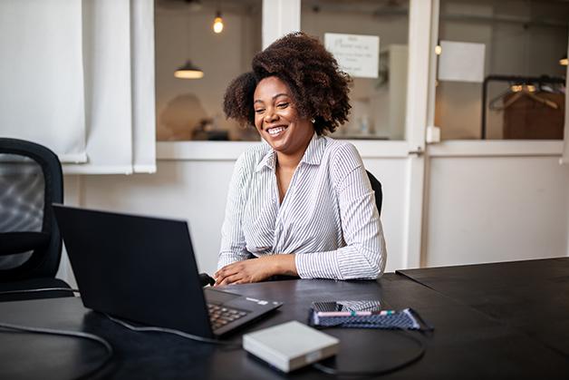 Mulher trabalhando remotamente