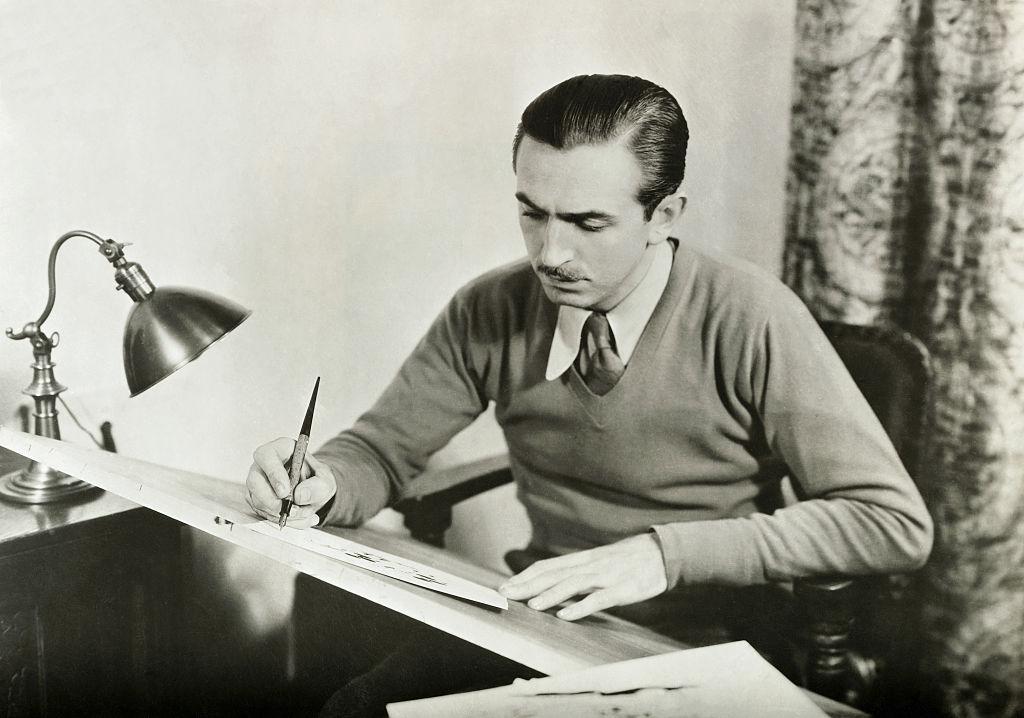 O jovem Walt Disney trabalhando em uma animação