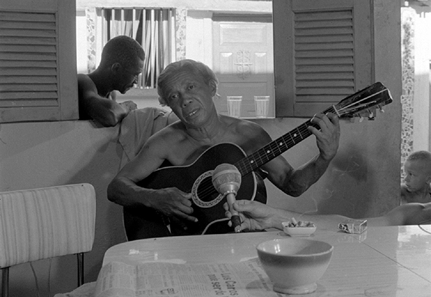 Cena do genial documentário sobre Nelson Cavaquinho dirigido por Leon Hirszman