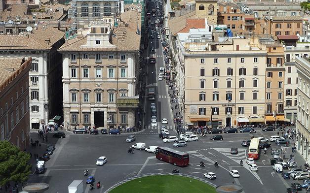 O trânsito da Via del Corso desembocando na Piazza Venezia