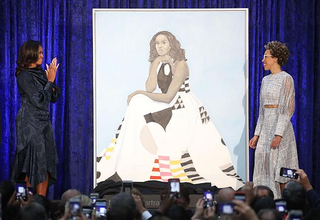 Amy Sherald apresentando retrato para Michelle Obama