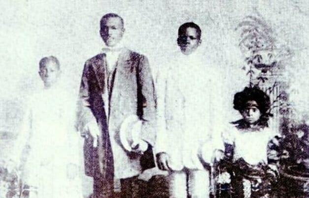 Hilário Jovino Ferreira de casaca e segurando seu chapéu