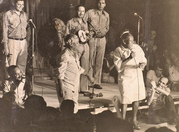 Nelson Cavaquinho dividindo o palco com Clementina de Jesus
