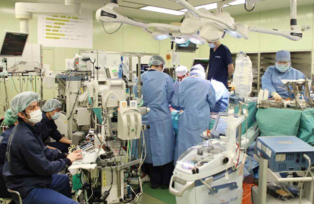 Equipe de médicos na cirurgia no Hospital Universitário de Kyoto