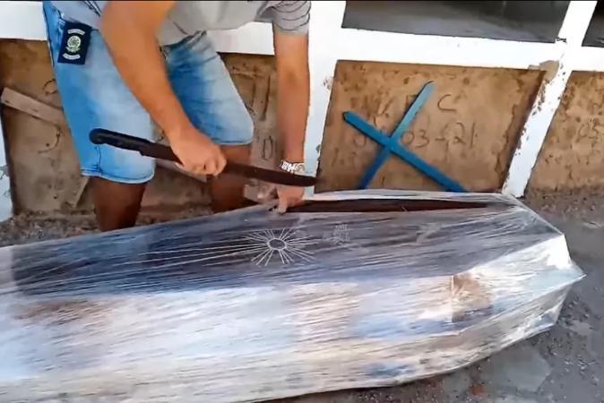 Vereador usa facão para abrir caixão e 'provar' que homem não morreu de covid